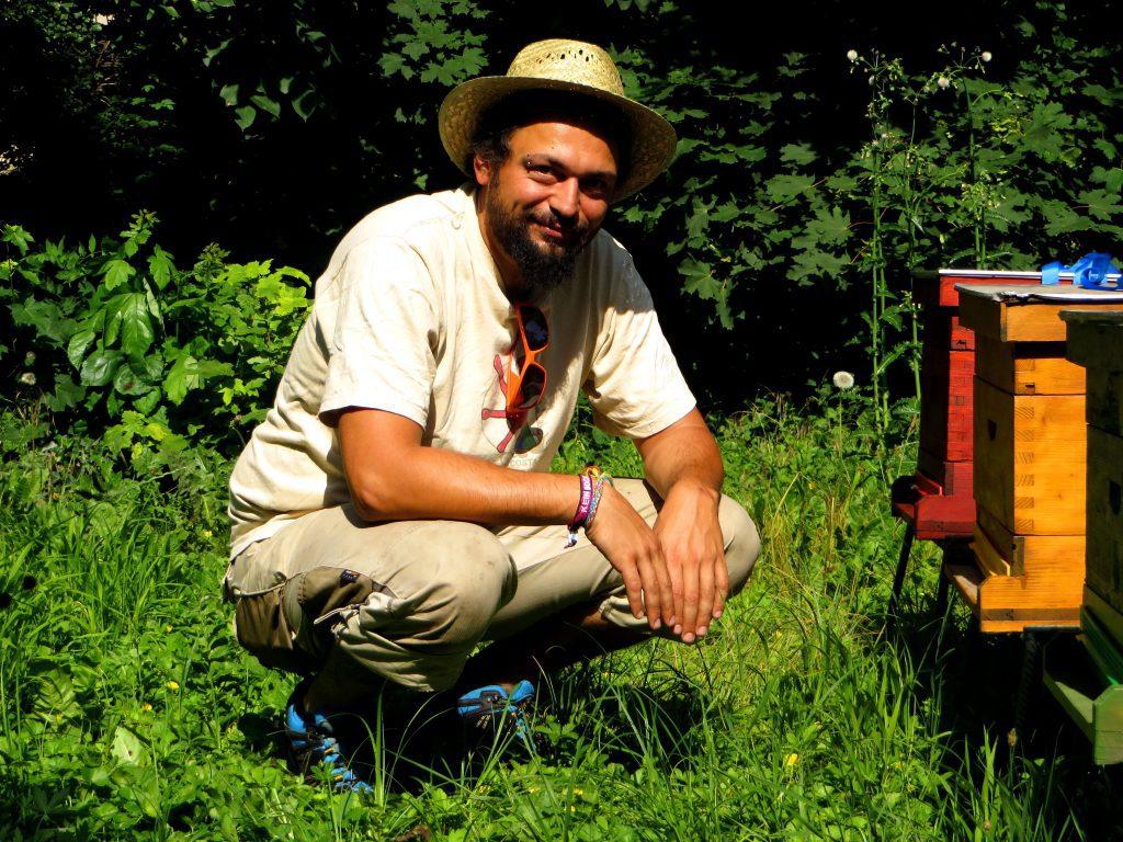 Martin mit seinen Bienenstöcken